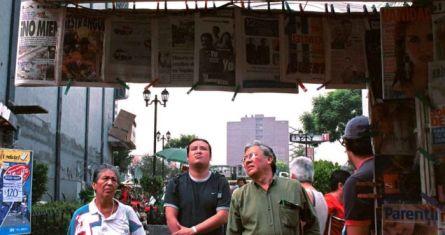 Un grupo de personas se detiene a leer los periódicos en la calle de Liverpool de la Ciudad de México.