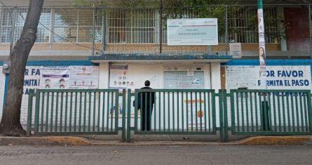 Una mujer se detiene a leer el comunicado emitido por la primaria Ignacio Zaragoza, en la Alcaldía Iztacalco. Este plantel decidió regresar hace 15 días a las clases presenciales.