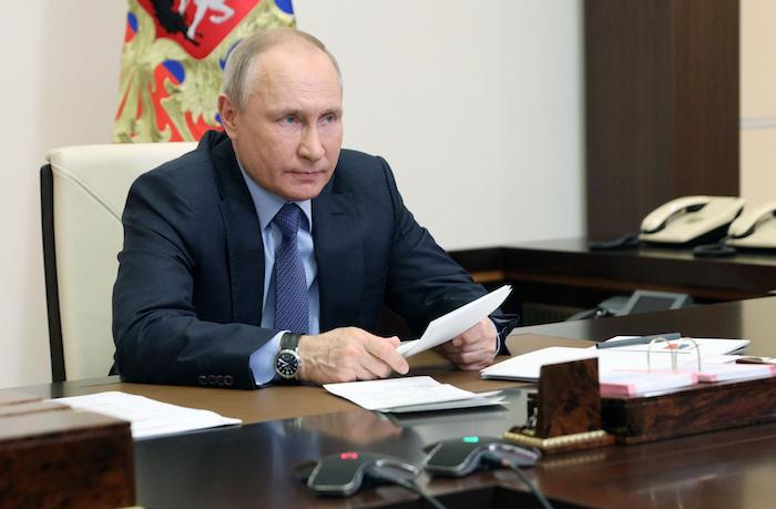 El Presidente ruso Vladimir Putin encabeza una reunión vía teleconferencia desde su residencia en Novo-Ogaryovo en las afueras de Moscú.