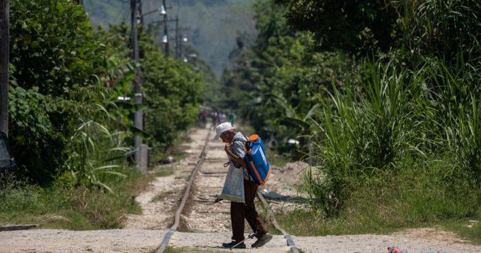 Hombre camina por una zona rural de Chiapas.