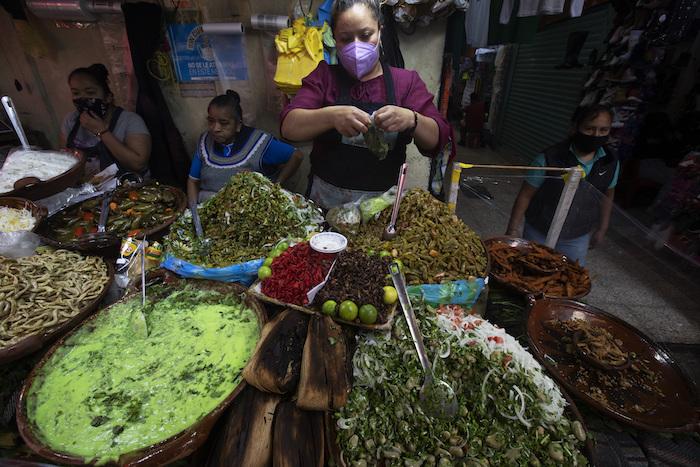 Cangrejos, saltamontes y otras delicias locales, expuestas en un puesto de comida en el mercado de Xochimilco, en la Ciudad de México, el 12 de agosto de 2021, mientras la capital mexicana se prepara para conmemorar el 500 aniversario de la caída de la capital azteca, Tenochtitlan. Los canales y jardines flotantes de Xochimilco son los últimos remanentes de un vasto sistema de transporte de agua construido por los aztecas para abastecer su capital.