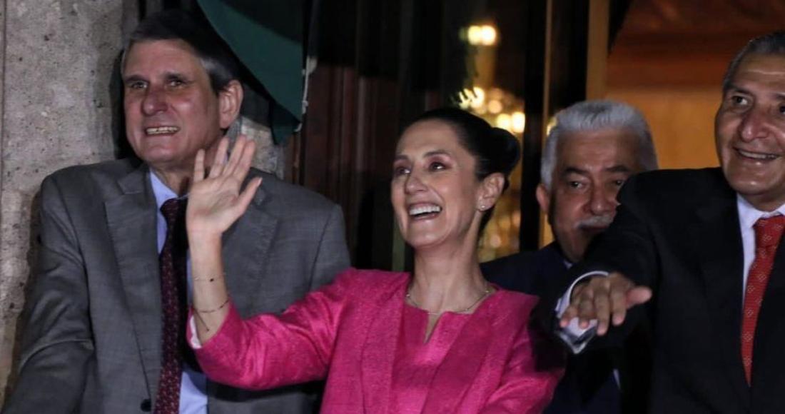 Claudia Sheinbaum, Jefa de Gobierno de la Ciudad de México, y Jesús María Tarriba Unger, doctor en Ciencia Física, durante la noche del Grito de Independencia en uno de los balcones de Palacio Nacional.