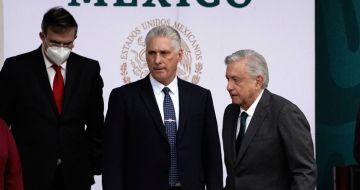 El Presidente cubano Miguel Díaz-Canel, en el centro, acompaña al Presidente de México, Andrés Manuel López Obrador, durante las celebraciones del Día de la Independencia en el Zócalo de la Ciudad de México, el jueves 16 de septiembre de 2021.
