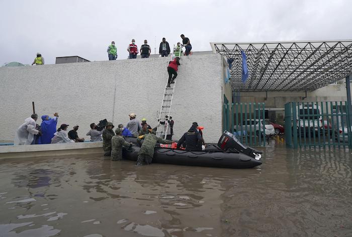 Soldados rescatan a trabajadores de salud en un bote inflable de un hospital inundado en Tula, en el estado de Hidalgo, México, el martes 7 de septiembre de 2021.