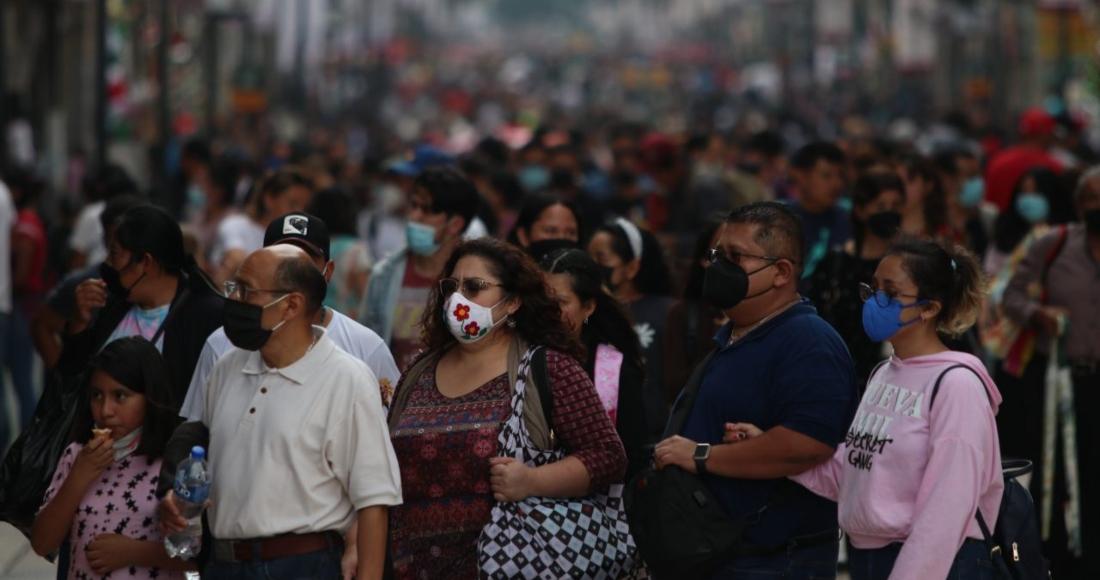 Gente caminando con cubrebocas por calles de la Ciudad de México.