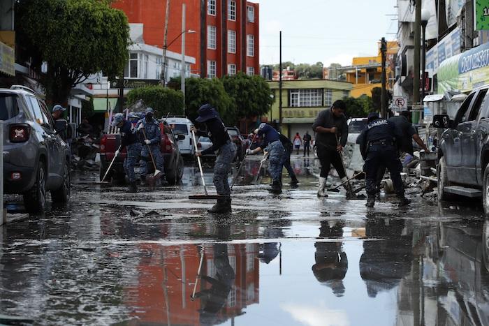 Habitantes de las colonias afectadas por las fuertes lluvias retiran escombros del lodo, el 9 de septiembre de 2021, en la ciudad de Tula, en Hidalgo (México).