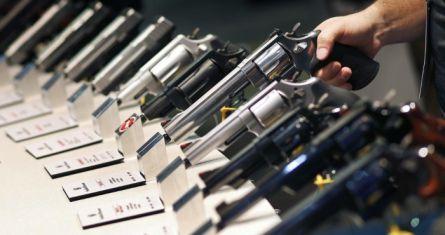 La foto de archivo del 19 de junio de 2016 muestra armas exhibidas en el puesto de Smith & Wesson en una exposición de armas y caza en Las Vegas.