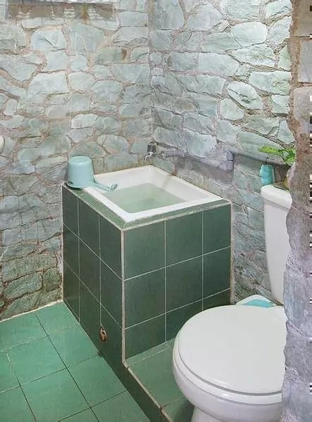 contoh desain kamar mandi basah konsep minimalis aksen batu alam