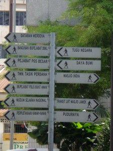Carteles para los turistas en KL, Malasia - las cuevas Batu