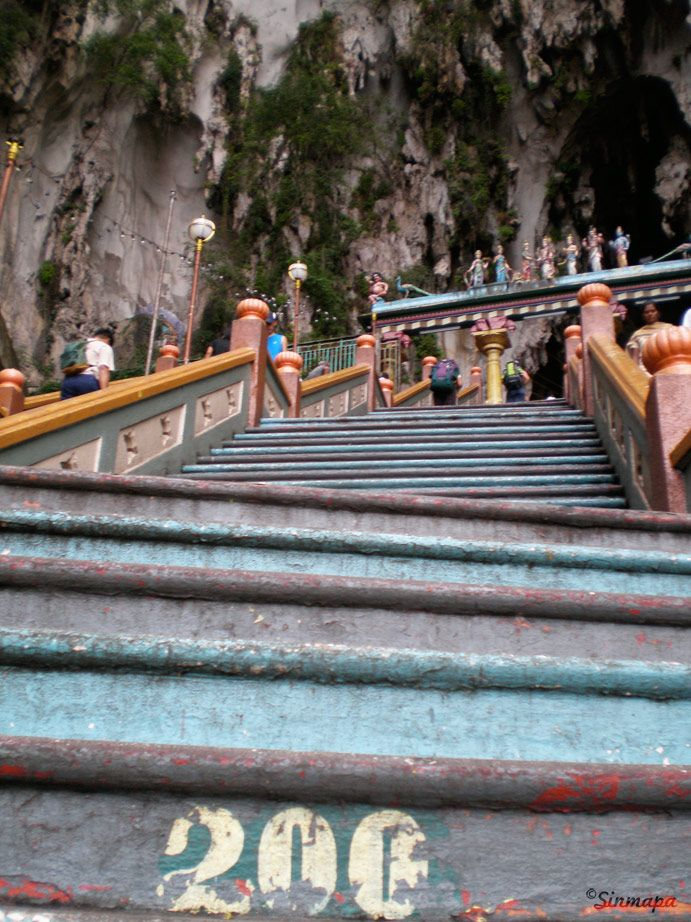 Escaleras a las cuevas Batu
