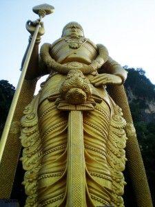 Dios Murugan da la bienvenida a las cuevas Batu, Kuala Lumpur, Malasia