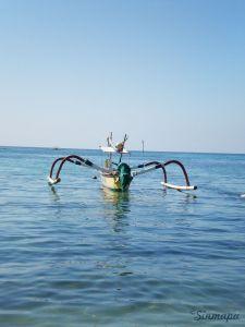 Pequeña embarcación en Padang Bai Masaje balinés