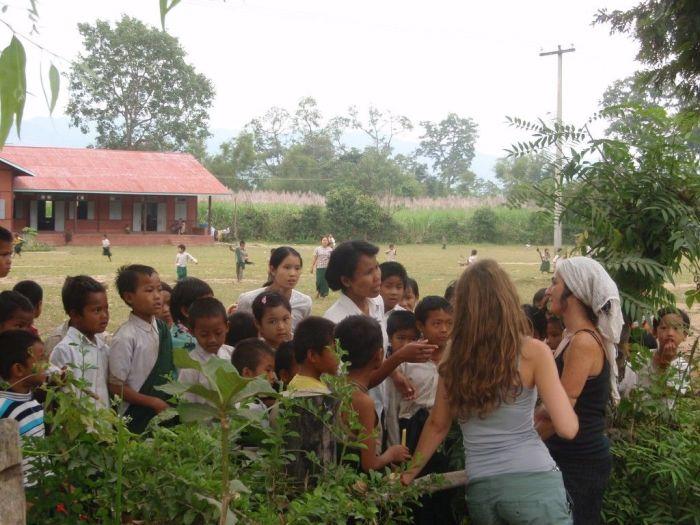 Charlando con una profesora en una escuela de Myanmar