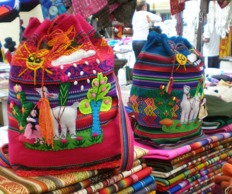Bolsos en Plaza de los Ponchos Otavalo