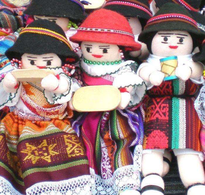 muñecas Plaza de los Ponchos Otavalo
