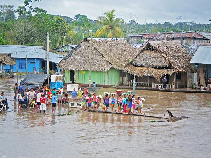 Esperando al barco carguero en la Amazonia Peruana