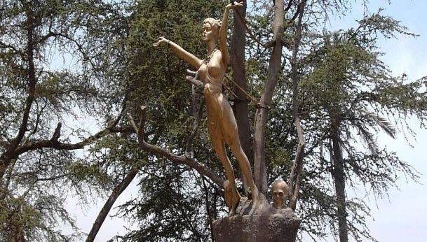 Estatua de la Bruja en Cachiche