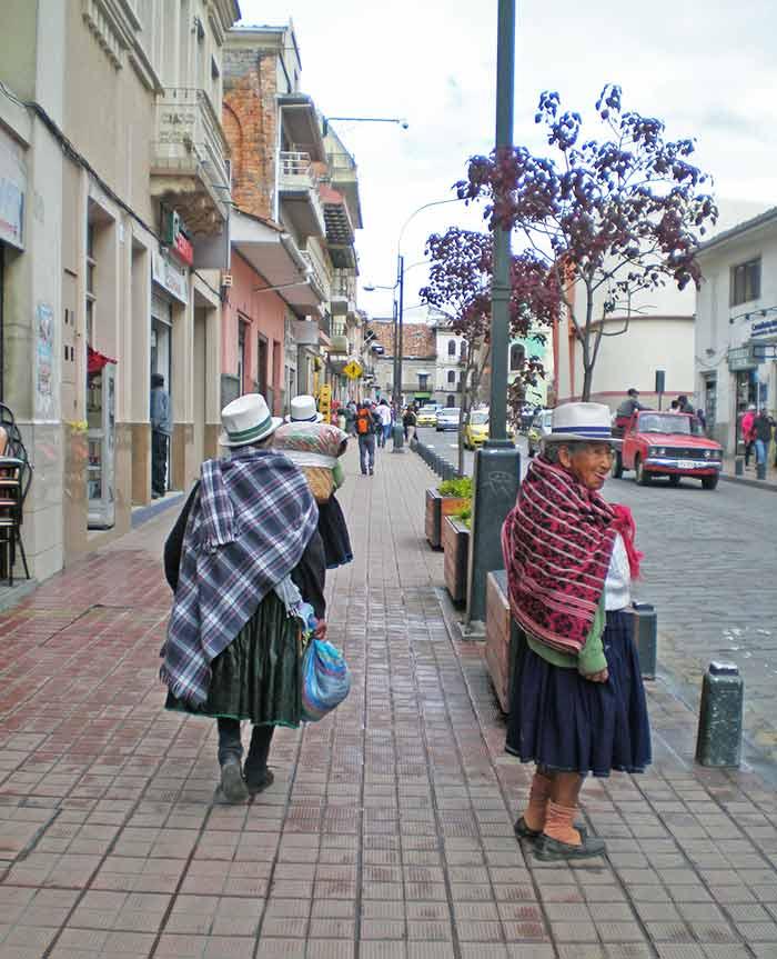 Mujeres en traje tradicional en las calles de Cuenca, Ecuador