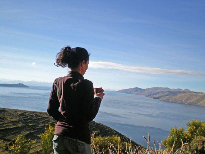 Un café admirando las vistas desde mi habitación en el ecolodge La Estancia - Cómo ir a la Isla del Sol - Qué ver en Isla del Sol - Bolivia