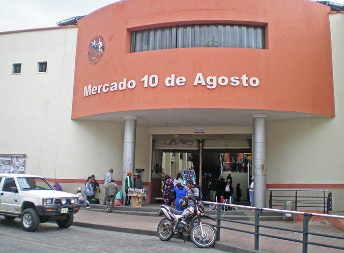 Mercado 10 de agosto en Cuenca, Ecuador