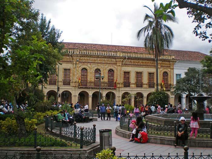Plaza en Cuenca, Ecuador