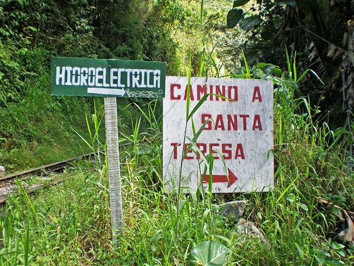 Cuando caminas de regreso desde Aguas Calientes a la Hidroeléctrica, casi llegando encontrarás el cartel que te indica el punto exacto en el que debes desviarte para llegar a tu destino