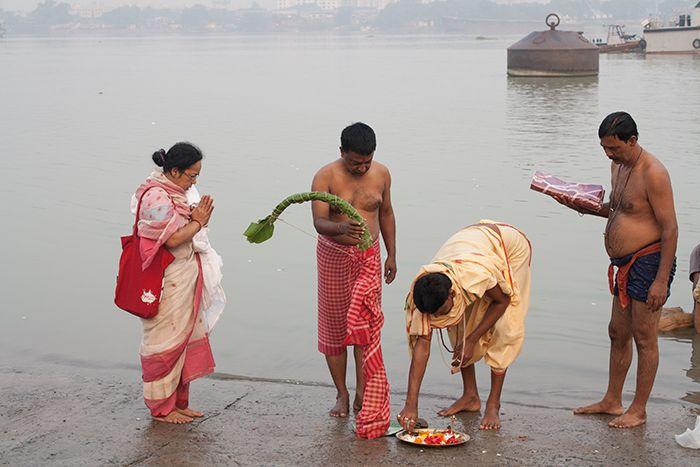 """Ceremonias en el río para llamar a la Diosa para que venga a """"casa"""""""