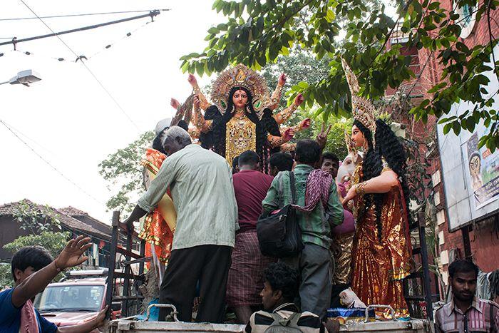 Trasladando la escultura de la diosa Durga a su Pandal