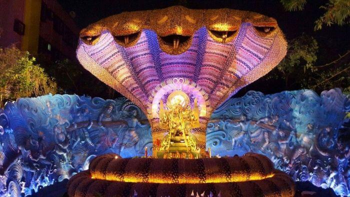 Detalle de uno de los más de 2700 pandals en Calcuta con figura de la Diosa Durga