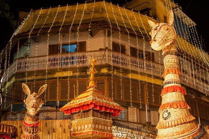 Detalle exterior de un pandal y parte de la iluminación en los edificios de Calcuta