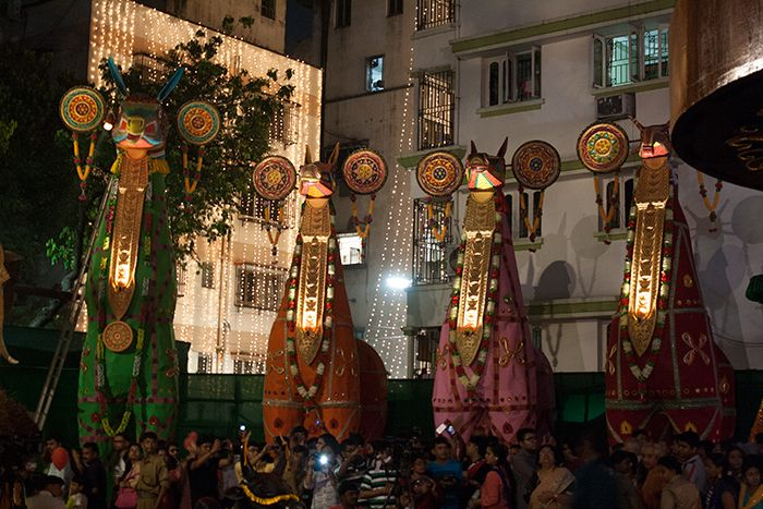 Dentro de uno de los pandals, la gente se agolpa para rendir homenaje y fotografiar el pandal