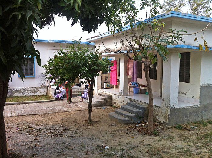 El bloque A de la residencia de mujeres frente a mi habitación y el bloque C justo a la derecha - experiencia vipassana