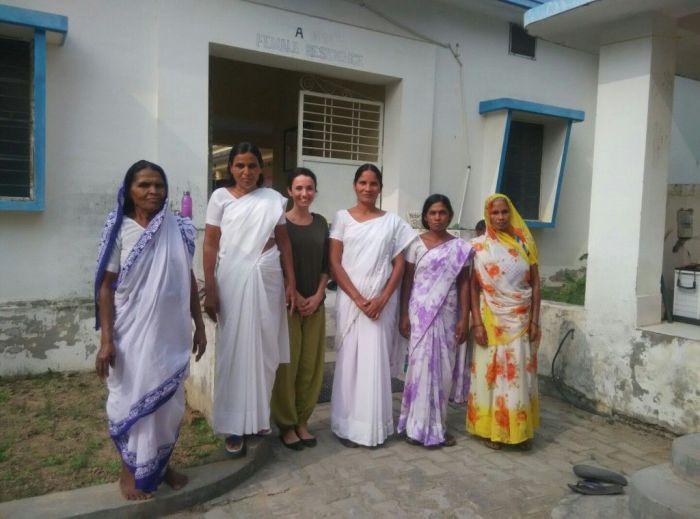 Foto con algunas de mis compañeras de curso vipassana*