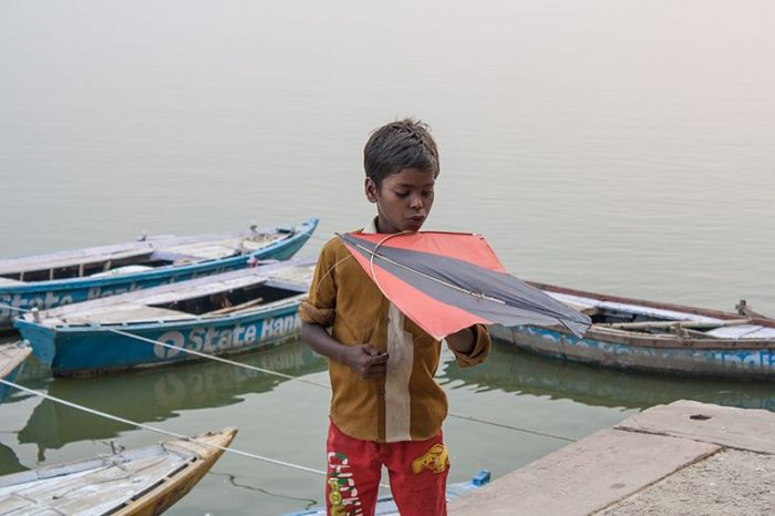Jugando con una cometa en uno de los más de 100 ghats.