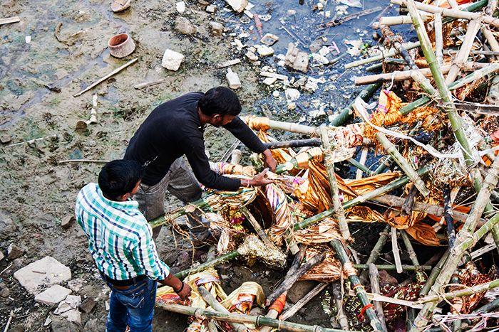 Cremaciones en Varanasi Removiendo entre los desperdicios de otros rituales funerarios a orillas del Ganges