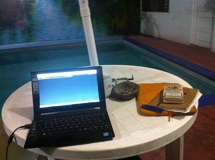 Mi oficina en la zona de piscina de un hotel en Iquitos