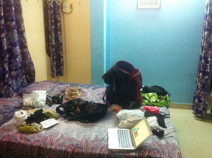 En medio del caos, mi escritorio improvisado en mi cama en uno de los hoteles donde me alojé en Varanasi, India