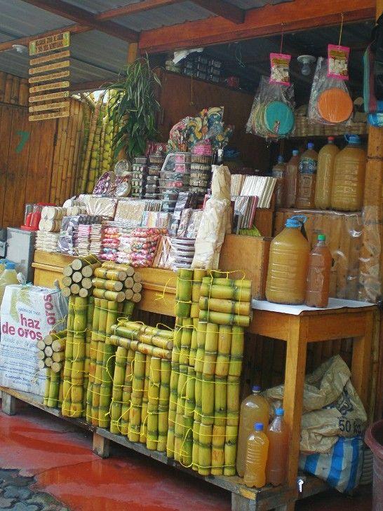 Puesto de venta de zumo y dulces de caña
