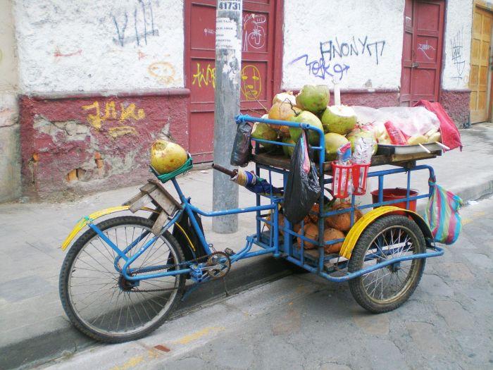 Vendedor de coco en las calles de Cuenca