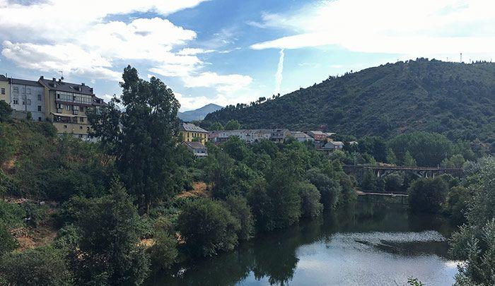 Vistas de río y puente a la entrada al centro histórico de Ponferrada