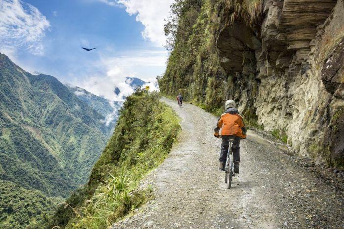 Camino de la muerte en Bolivia vía Shutterstock