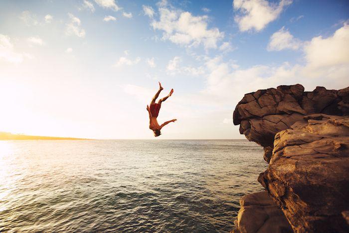 Saltando de un acantilado via Shutterstock