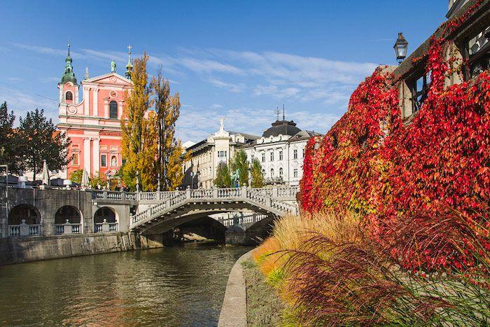 Vistas del Triple Puente y el río en Liubliana