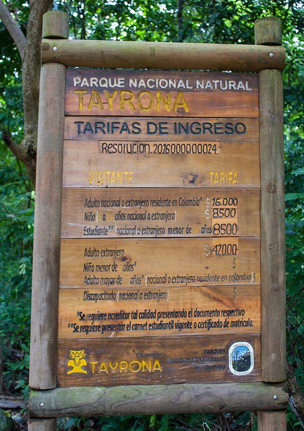 Cartel con las tarifas de ingreso al Parqeu Tayrona en Santa Marta Colombia