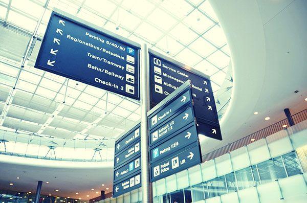 cartel en aeropuerto