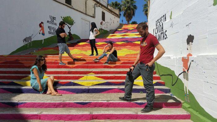 Escalera multicolor en Montilla