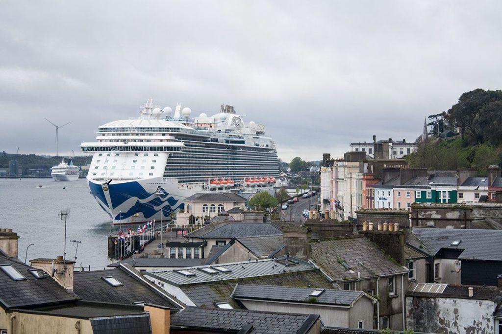 El Royal Princess en el puerto de Cobh