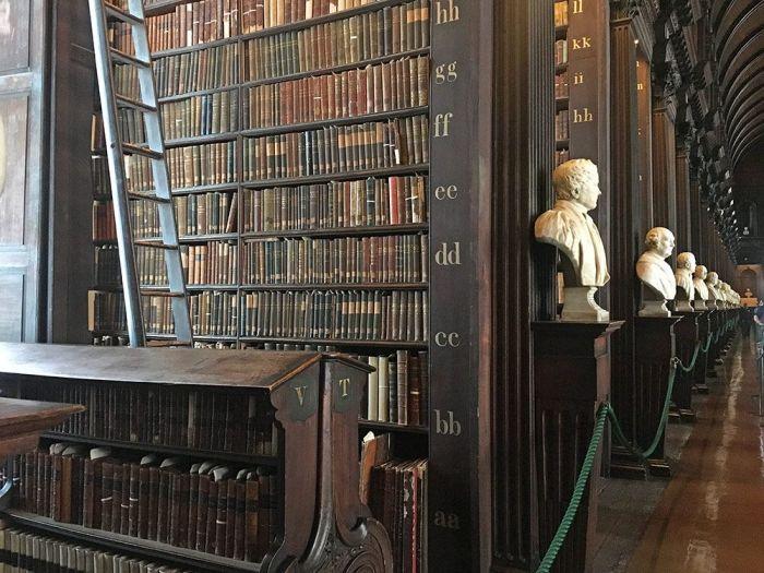 Interior de la Biblioteca del Trinity College en Dublín Irlanda