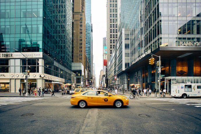 taxi y calles de la ciudad