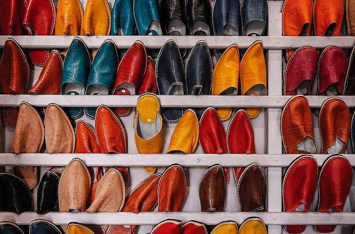 Típicos zaptos a la venta en el zoco de Marrakech - Marruecos